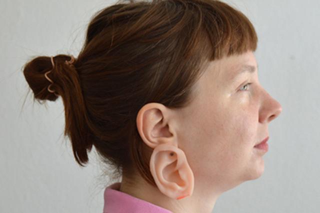 画像1: とにかく人目を引くピアスをご紹介しよう。 ドイツを拠点に活動するアーティスト、Nadja Buttendorfさんの作品である。 それがコチラ▼ こっちが左耳▼ 「耳しかないじゃない!」というご意見、また「耳が2つある」というご意見、共に正解。 この「耳」こそがピアスなのだ。 その名も「イアリング(EARring)」。本物そっくりの耳の部分はシリコン製で、金具はシルバーである。 しかも色のバリエーションはものすごく豊富だ▼ これらは全て耳(のピアス)で、ご自身の肌の色にピッタリ合うものをお選びいただける。価格は応相談とのこと。 ちなみに、Nadjaさんが提案する度肝を抜くアクセサリーは他にも。例えば「指輪」もかなり変わっている。 そ [...] irorio.jp
