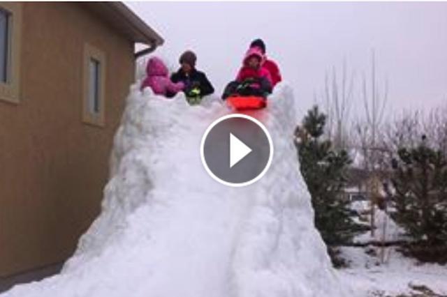 画像1: 米国ユタ州に住むクリスティーン・ウィリアムさんがFacebookに投稿した動画が、ネットや米国のメディアで話題になっている。 そこに映っているのは、自宅の庭に作られた全長300フィート(約91m)の雪の滑り台と、それで遊ぶ子供たちの姿だ。 300フィートの自家製リュージュ・コース 投稿者のクリスティーンさんは、この滑り台を「リュージュ・コース」と呼んでいる。リュージュ(Luge)は、そりに乗ってコースを滑るオリンピック種目だ。 滑り台とコースを作ったのは夫のトーマスさん。もちろん子供たちも手伝ったそう。 「この辺りは昨年のクリスマスに大雪が降ったんだ。子供たちはそれをシャベルで集めてくれた。本当のことを言うと、近所の家の庭からも雪を [...] irorio.jp
