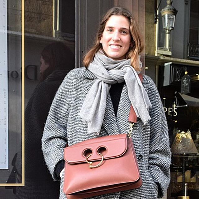 """画像: 冬のパリは""""クロスボディー""""が主流。街で人気のITバッグが知りたい!"""