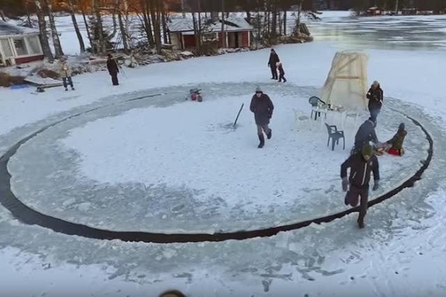 """画像1: 日ごとに寒さがつのるこの季節。 思い切って寒さを楽むのもいいかもしれません。 湖の氷を回転木馬に フィンランドで極寒の地ならではの遊びを考えだした動画が人気になっています。 ヘルシンキ郡ロホヤの湖で、厚い氷を回転木馬に仕立てたのは執筆家でエネルギーの専門家のJanne Kapylehtoさん。 チェーンソーとシャベルを使って丸くカット。直径約12mだそうです。 ソーラーパワーのボート用エンジンを取り付ければ... """"回転木馬""""が回りだします。 移り変わっていく大自然の景色を見ながらたき火やバーベキュー。いいですね。 動画再生回数26万超 YouTubeの再生回数は26万回以上。「かっこいい!」「フィンランドっていいね」「楽しそう」など、 [...] irorio.jp"""