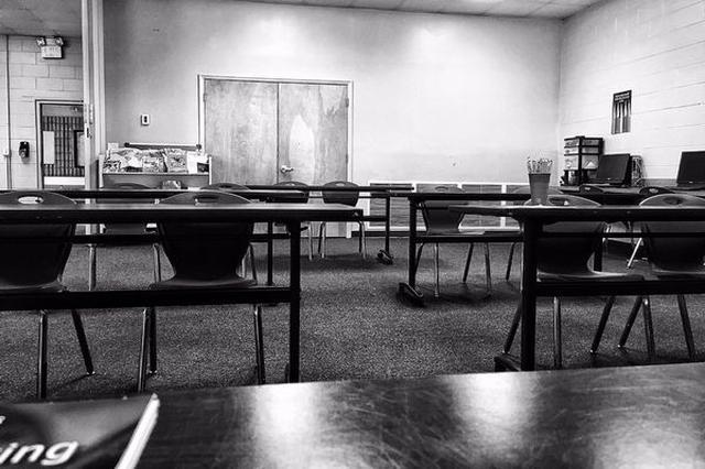 画像1: 授業があるから学校に来たのに、待てど暮らせど、肝心の教師がやって来ない。こんな経験をした人も多いのでは? 授業がなくて嬉しいような、せっかく来たのに...とちょっと悔しいような気持ちになる。 教授の揺れ動く心が話題に しかしこれが教師の場合、より複雑に心が揺れ動くようだ。 というのも、講義に向かった教授が経験した切ないエピソードに、同情の声が集まっているのだ。 米フロリダ州に住むアダム・ヒース・アヴィタービルさんは、コメディアンでありながら執筆や講演もこなしている。 この日、アダムさんはいつものように、大学で講義をするため教室に向かった。 学生が誰もいない... しかし教室に学生の姿はなく、彼はこの時の様子を以下の様につぶやいている。 Yo [...] irorio.jp