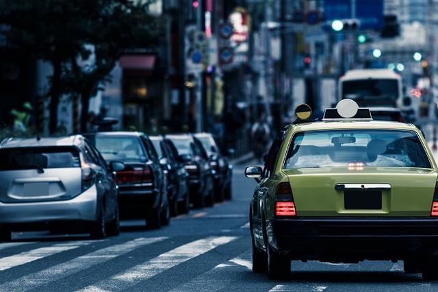 画像1: 東京のタクシー初乗り料金が730円→410円に引き下げられた。 初乗りが730円→410円に 1月30日から、東京23区と武蔵野市、三鷹市のタクシー初乗り運賃が引き下げられた。 初乗りの距離が2km→1.052kmに短縮されると共に、初乗り運賃が730円→410円に下がった。 安くなるのは約2kmまで 初乗り運賃が引き下げられたことで、タクシー料金は安くなるのだろうか? 国土交通省の資料によると、初乗り運賃引き下げで安くなるのは、2kmまで。 それ以降は安くなったり高くなったりを繰り返し、およそ6.5kmを超えた時点からは今までの運賃より高くなる。 今まで1万円の運賃で行けていた距離が、新運賃では約400円ほど高くなる計算だ。 「チ [...] irorio.jp