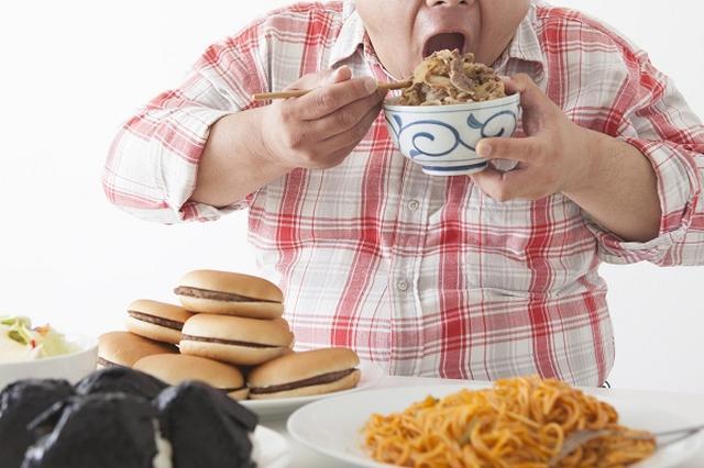 画像1: インドで「肥満税」導入に向けた動きが本格化している。 首相に「肥満税」導入を提言 インドで「肥満税」導入に向けた動きが進められている。 肥満税とはいっても肥満の人に税金をかけるわけではなく、ジャンクフードや糖分が多い飲料などへの課税。 税をかけることでジャンクフードなどの消費を減らして肥満を予防する狙い。 産経Bizによると、インドの肥満税検討グループが首相に対して、ジャンクフードや糖分が多い飲料などに課税する「肥満税」の導入を2017年度予算に組み込むように提言したという。 経済発展で「肥満」が深刻な問題に インドでは急激な経済成長によるライフスタイルの変化に伴って、肥満や生活習慣病が急増している。 現在、インドにおける死因の約5 [...] irorio.jp