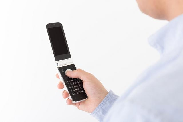 画像1: ネット上に「高校生と話していたら『写メって死語ですよ』と言われてのけぞった」というつぶやきが投稿され、話題となっている。 携帯電話での撮影=写メール(写メ) 「写メ」は、ソフトバンク(当時はJフォン)が2000年に始めた携帯電話で撮影した画像をメールで送ることができるサービス、写メールの略。 当時、携帯電話で画像を送るというサービスは画期的で、auからは携帯電話に外付けして使う小型デジカメ「PashaPa(パシャパ)」も発売。 その後、カメラ付き携帯電話は爆発的に普及し、「写メ」は携帯電話で画像を撮影する言葉として広く使われるようになった。 写メは死語?ネット上で騒然 その「写メ」が今では「死語」になっているという指摘が投稿され、ネ [...] irorio.jp