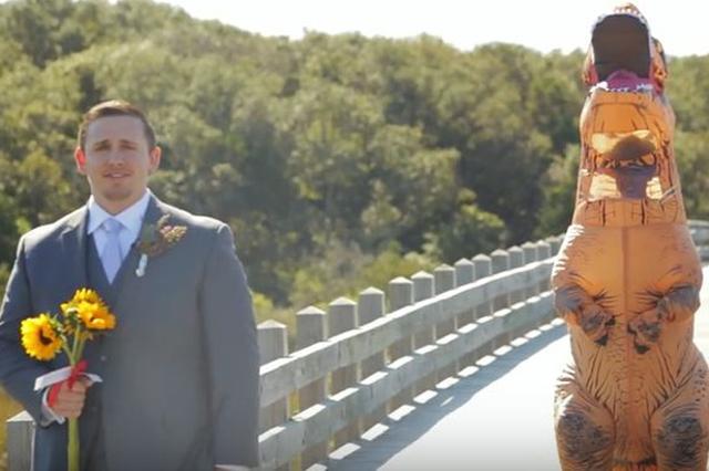 画像1: 欧米の結婚式では一般的な「ファーストルック」という風習をご存じだろうか? 結婚式当日、新郎新婦は互いに顔を合わせることなく、別々に準備を整える。恰好を整えて、挙式の直前になって初めて対面し、晴れの姿を披露し合うというものだ。 お互いにどんな姿であらわれるか、胸躍らせながらその瞬間を待つというわけ。 新郎が驚いた理由 今、1組の新郎新婦のファーストルックが、話題になっている。さっそくご紹介しよう。 ここに、花嫁の到着を待つ新郎がいる。彼の名はTom Gardnerさん。昨年の秋、米ノースカロライナ州で結婚式を挙げた時のことだ。 見るからにドキドキワクワク、ウキウキしている様子が伝わってくる。 新婦、恐竜の姿であらわる ...と、背後から怪 [...] irorio.jp
