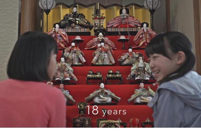 画像1: 3月3日は桃の節句のひな祭り、5月5日は端午の節句のこどもの日。どちらも長い間子どもの成長を願い、祝う伝統文化として続けられてきたお祝いごとです。 ひな祭りの起源は平安時代で、現在のように家庭で雛人形が飾られるようになったのは江戸時代からと言われています。 ひな祭りが近づいてきた今、節句・伝統文化の啓蒙と振興のために活動している一般社団法人日本人形協会が、ひな祭りをテーマにしたショートムービー『同じ空の下~受け継がれる日本人形~』を公開しました。 始まりは0歳の時の出会いから ストーリーは、2人の赤ちゃんの出会いから始まります。1人は男の子のタカシ、もう1人は女の子のシオリ。2人は偶然にも、顔の同じ位置にホクロがありました。 同時に [...] irorio.jp