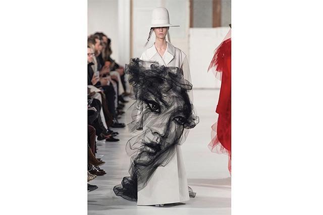 画像: 300時間以上かけて制作!顔が浮かび上がるマルジェラのチュール付きコートが幻想的