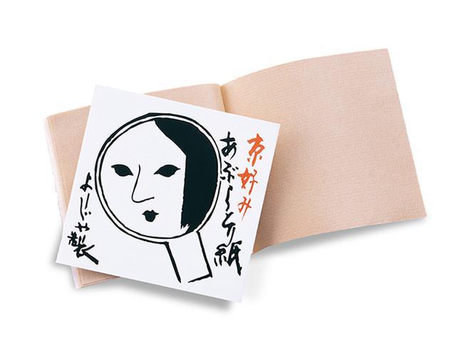 """画像1: こんにちは、かみーじょ(@kamiiiijo)です。 連載「おしえて企業さん」第13回は、京都みやげの定番ともいえる『よーじや』について。 看板商品の""""あぶらとり紙""""は、大正時代から愛されているロングセラー商品で、女性なら誰もが一度は使ったことがあるのではないでしょうか。 そんな『よーじや』にまつわる逸話を、株式会社國枝商店の広報担当に伺いました。 化粧品と歯ブラシ専門店を展開する ——『よーじや』の歴史を教えてください。 『よーじや』の創業は、江戸時代の化粧文化が色濃く残る明治時代。 初代 國枝茂夫が舞台化粧・化粧雑貨などを扱う職場から独立し、同様の化粧小間物を大八車に積んで売り歩いたことに始まります。 その後、明治37年に京の中 [...] irorio.jp"""