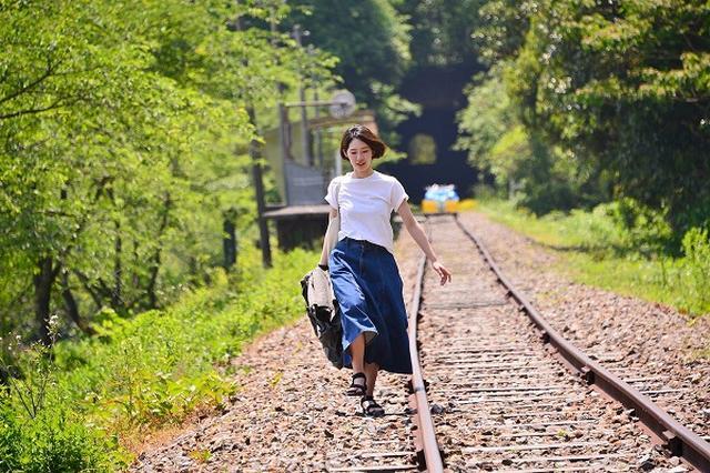 画像1: 「線路内」を歩く女性の写真を投稿したとある酒蔵メーカーに注目が集まっています。 「線路内」に侵入できる鉄道!? 1768年(明和5年)に創業、石川県の珠洲市(すずし)にある老舗酒蔵メーカー『宗玄酒造株式会社 』。 どうしても線路内に侵入したい方、奥のとトロッコ鉄道にお待ちしております。なんと日本酒試飲後にも侵入可能です! https://t.co/iodOTZqD8x #線路侵入 pic.twitter.com/nxJfEpmwNQ — 宗玄酒造株式会社 (@sogenshuzou) 2017年2月13日 この酒蔵メーカーの公式Twitterアカウント(@sogenshuzou)が、「線路内」を歩く女性の写真を投稿しました。 なんと「 [...] irorio.jp