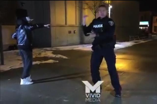 画像1: 通報を受けて路上の騒ぎを取り締まりに来た警官が、ダンスバトルに参加。ダンサー顔負けの動きで見物人を圧倒するという出来事が、カナダ・オンタリオ州であった。 110番通報で駆けつけた警官 カナダ・ダーラム郡警察のジャーロッド・シング巡査は、今月5日夜路上で騒ぎが起こっているという通報を受け、現場に急行した。 現場に到着してみると、確かに男たちが集まって何か騒いでいたそうだ。 「1人の男を8人の男が取り囲んでいた」とシング巡査は後に海外メディアの取材に答えている。「それで喧嘩だろうと思った」 「ところが近づいてみると、囲まれていた男はブレイクダンスをやっていて、それを別の1人が撮影していたんだ」 コンテスト応募のためのビデオ撮影 男性ダン [...] irorio.jp