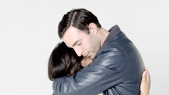 画像: 4分間抱きあうことで、愛は深まる?