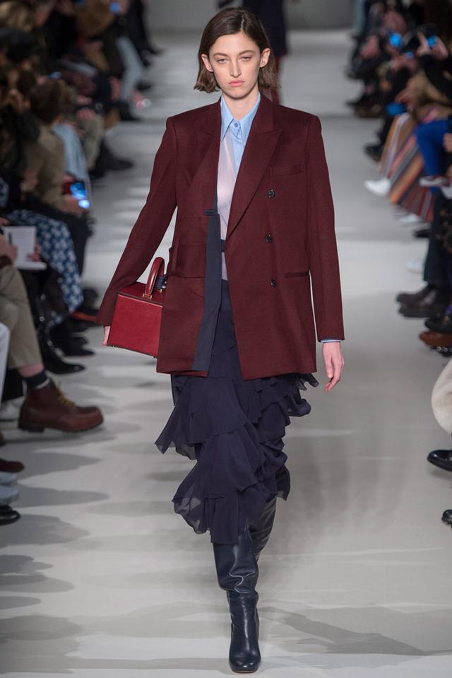 画像: ヴィクトリア ベッカム、ジャケット&スカートスタイルに初挑戦。