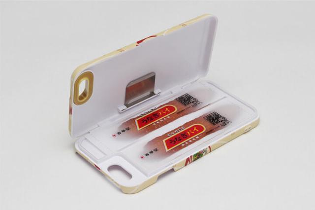 画像1: 浜松や名古屋で買える代表的なお菓子のひとつと言えば、春華堂の「うなぎパイ」。うなぎパイの包装紙の柄を使ったiPhoneケースが春華堂オンラインショップで販売されています。 2017年1月31日にオンラインショップと、静岡県浜松市の「うなぎパイファクトリー」で発売以来、驚きのビジュアルのケースの噂がツイッターなどで広まっています。 オンラインショップでは春華堂のお菓子のリストの中にさりげなく「うなぎパイiPhoneケース」がラインナップされています。 開発・販売まで2年の歳月をかけた 「うなぎパイiPhoneケース」について、春華堂・広報の鈴木さんにお話を伺いました。 ――いつ頃から企画や開発が始まったのでしょうか? 「こういうものが [...] irorio.jp