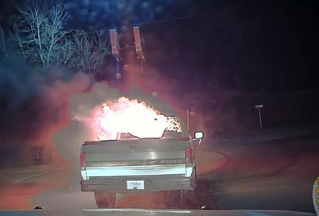 画像1: まるでアクション映画のヒーローのような咄嗟の判断で、警官がファストフード店の火災を防ぐという出来事が米国であった。 ドライブスルーで車が炎上 2月11日の午後9時頃、米国テキサス州グレンハイツ市にあるファストフード店のドライブスルーに並んでいた車が、突如、炎上しはじめた。 警察に通報が入ったのは午後9時40分頃。グレンハイツ市警察の発表によれば、「巡回中の警察官が、至急その店『Jack in the Box』に向かった」とのこと。 「現場に到着した警察官は、店の建物に非常に近い危険な位置で、フォード・ピックアップトラックが炎に包まれているのを視認した。その警察官はパトカーを利用してトラックを建物から遠ざけ、火災を未然に防いだ。なお、 [...] irorio.jp