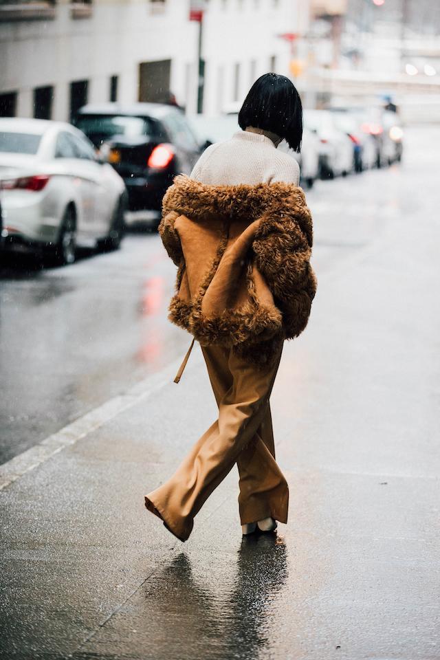 画像: ロングコート VS ダウンジャケット、真冬のNYで繰り広げられるスタイルバトル。