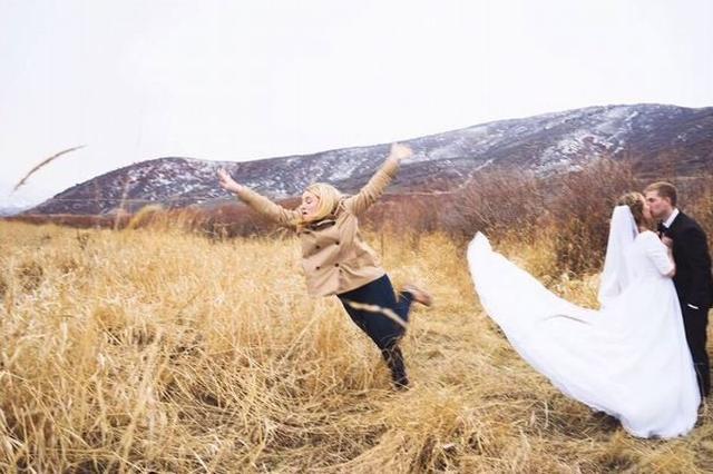 画像1: 結婚式などで新婦の付添人として、さまざまなお手伝いをする「ブライズメイド」。 主に花嫁の友人で独身女性が務めるとされているが、その働きぶりの大変さを表した写真が話題になっている。 投稿後、700人以上が「いいね」 その写真を公開したのは、イギリス人のJanessa Jamesさん(21)。彼女は今までに12回もブライズメイドを引き受けてきたという。 そして最近、親友のブライズメイドとして世話をした時の写真をRedditに公開。 するととてもユニークだとして、見た人の94%、700人以上から「upvote」(高評価・いいね)されたそうだ。 フレームから外れるためダイブ その写真には、彼女がどこかへ飛んでいくような姿が映し出されている。 [...] irorio.jp