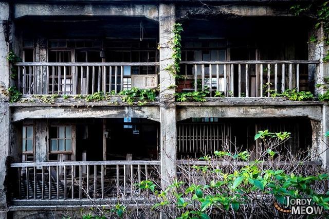 """画像1: 怖いもの見たさなのか哀愁に惹かれるのか、廃墟巡りは古今東西、多くの人を魅了している。 中でも日本の廃墟が今、海外で人気を集めているようだ。 「奈良ドリームランド」が名所に!? ネットには海外からの観光客や日本に住む外国人が撮影した動画や写真がアップされ、閲覧者も多い。 特に有名なのは、日本でも""""名所""""になっている奈良市の「奈良ドリームランド」らしい。 草に覆われたジェットコースターなどが廃墟感を醸し出している。 再生回数86万回を誇る動画もある。 奈良ドリームランドは1961年に開園し、最盛期には100数十万人の来園者でにぎわったそう。 しかし、だんだんに来園者数が減少し、2006年に閉園した。 「日本のディズニーランド」を目指した [...] irorio.jp"""