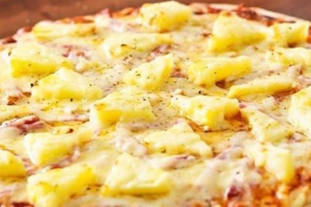 画像1: 好き嫌いがはっきりと分かれる食べ物の代表に挙げられるのが、酢豚に入ったパイナップルではないだろうか。 全体のしょっぱい味付けの中で甘さが際立つパイナップルに、「これがたまらない!」という人と、「意味がわからない...」という人がいる。 ピザに入ったパイナップルで物議 欧米人にとって、我々日本人の酢豚に相当するのが、「ピザに入ったパイナップル」である。いわゆる「ハワイアンピザ」と言われるものだ。 このピザにのっかっているパイナップルについて、ある国の大統領の発言が物議をかもしている。 パイナップルピザを法律で禁止? と言っても、何かと話題のトランプ米大統領の発言ではない。今回はアイスランドのグズニ・ヨハンネソン大統領が発した言葉である。 [...] irorio.jp