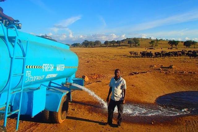 画像1: アフリカのケニアに住む男性が、野生動物のために大量の水を運び続けているとして話題になっている。 1万2000リットルの水を届ける その男性とは農家のPatrick Kilonzo Mwalaさん(41) 。彼は豆を生産するかたわら、「Tsavo West国立公園」に住む野生のゾウやシマウマ、他の動物たちが喉の渇きを潤せるよう飲み水を運び続けてきたという。 しかもほぼ毎日、借りているトラックに水を積み、45kmの道のりを走り、野生動物たちの水飲み場へ約1万2000リットルも届けているそうだ。 実際、ケニア政府は2 月11日にも干ばつによって国家的災害に見舞われていると宣言しており、270万人が影響を受けていると言われ、動物たちもMwa [...] irorio.jp