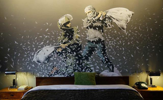 画像: 平和へのメッセージ...バンクシーがベツレヘムの分離壁前にアートホテルをオープン!