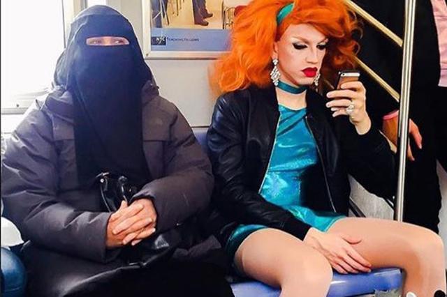 画像1: 様々な人種、宗教、思想が入り混じる大都会ニューヨークの地下鉄で、象徴的な光景が目撃され注目を集めている。 その時の様子を写したのが、上にある写真である。 こちらのTwitterで公開されたものだ。 This is the future that liberals want. pic.twitter.com/QwterpqQbH — /pol/ News Network (@polNewsNetwork1) 2017年3月1日 「これが自由主義者が求める未来の姿」 投稿者は極めて保守的な思想を持つ人物で、イスラム教徒の女性と女装をした同性愛者が、偶然隣り合わせに座っている様子を撮影し揶揄している。 同ツイートには2万件を超える「いいね [...] irorio.jp