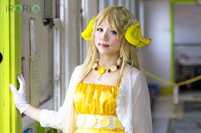 """画像1: バナナの髪飾りに明るい黄色のドレス。 手にするスティックの先端には、バナナが三日月のように輝きます。 バナナ姫ルナさんは福岡県北九州市の観光課職員です。 「コスプレ公務員」として広告塔となり故郷をPRします。 """"北九州""""に派手な成人式や物騒なイメージがつきまとう筆者に、20代の目線で街の魅力を語ってもらいました。 たまたま仮装大会でグランプリ バナナ姫は、北九州市が発祥とされる「バナナのたたき売り」を基に「バナナの妖精」という設定です。 もともとコスプレイヤーとして活動していなかったルナさん。 プライベートで友人と出場した地元の仮装イベント・こくらハロウィンで、グランプリ獲得がきっかけでした。 この経験を仕事に活かせればいいなと考え [...] irorio.jp"""