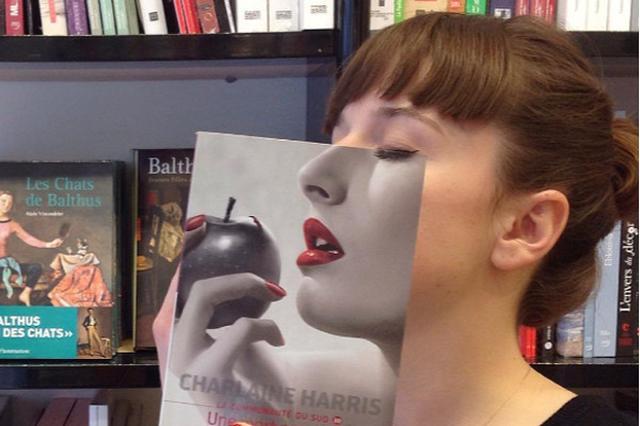"""画像1: フランスのボルドー地方にある老舗書店「Librairie Mollat」では、本の表紙を顔に重ねて一致させながら本を紹介するという試み始め、インスタグラムで画像を公開しています。 librairie mollatさん(@librairie_mollat)がシェアした投稿 – 2016 8月 28 10:01午後 PDT レコードのジャケットなどを使った""""スリーブフェイス""""という写真を撮る遊びは以前からありますが、これはその書籍版。写真集や絵画集を使ってユニークな画像を作っています。 librairie mollatさん(@librairie_mollat)がシェアした投稿 – 2016 8月 21 11:24 [...] irorio.jp"""