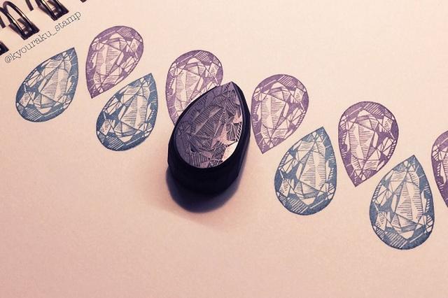 画像1: 宝石をモチーフにした「消しゴムはんこの作品」に注目が集まっています。 宝石をモチーフにした「消しゴムはんこ」 この画像を投稿しているのは、消しゴムはんこ作家の京楽堂(@kyouraku_stamp)さん。 宝石たち四天王が揃ったぞ〜#消しゴムはんこ pic.twitter.com/i8pqZu3TP4 — 京楽堂312越谷展示 (@kyouraku_stamp) 2017年3月14日 これは、京楽堂さんが、宝石をモチーフにして作った「消しゴムはんこ」です。 アメジストやエメラルドなどを「消しゴムはんこ」でリアルに表現。 繊細で緻密に彫られた「消しゴムはんこ」は、宝石のようにキラキラと輝いています。 なんだか、「消しゴム」に宝石のカッ [...] irorio.jp