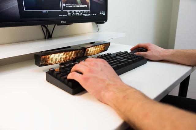 """画像1: 寒い冬の日、キーボードを使う指がかじかんで作業やゲームがうまくいかないという経験をした人は少なくないはず。 この""""かじかみ対策""""には手袋や温かいマウスなどのギアが考案されてきたが、ついに指を直接温めてくれるガジェットが登場した。 短波赤外のヒーター 今KICKSTARTERで資金を募っている「Heatbuff(ヒートバフ)」は、短波赤外を使った指用のヒーターだ。 しかもキーボードやパソコン、またヒートバフ本体が熱くなることはないという。 スクリーンの下に置き、電源をつないでスイッチを入れるだけ。 KICKSTARTERページの説明によると、3分足らずで指をタイピングに適しているといわれる33度まで温めることができる。 さらに、本体に [...] irorio.jp"""