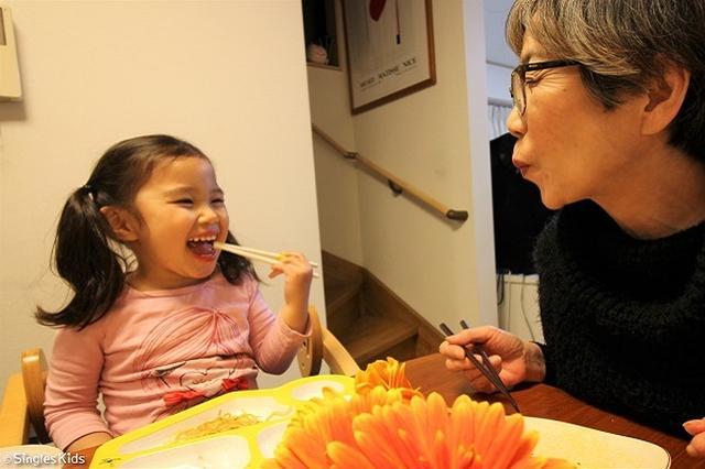 画像1: 【取材】シングルマザーと子ども、シニアが同居する下宿が誕生へ!ひとり親世帯を地域で支援 シングルマザーとその子ども、シニアが同居する「下宿」が誕生する。 「シングルマザーとこどものための下宿」がスタート 東京都世田谷区に6月上旬に「シングルマザーとそのこどもたち、シニアが同居する下宿」がオープンする。 駅から徒歩12分の1戸建ての1階に、保育士と幼稚園教員資格を持つ保育経験30年のシニアが在宅し、2階をシングルマザーとこども4世帯のシェアハウスというつくり。 シニアの管理人が保育園のお迎えも行い、要望があれば子どもの預かりもOK。 シェアハウスの広さは1部屋8.25平米~16.5平米で、家賃は4~8.7万 [...] irorio.jp