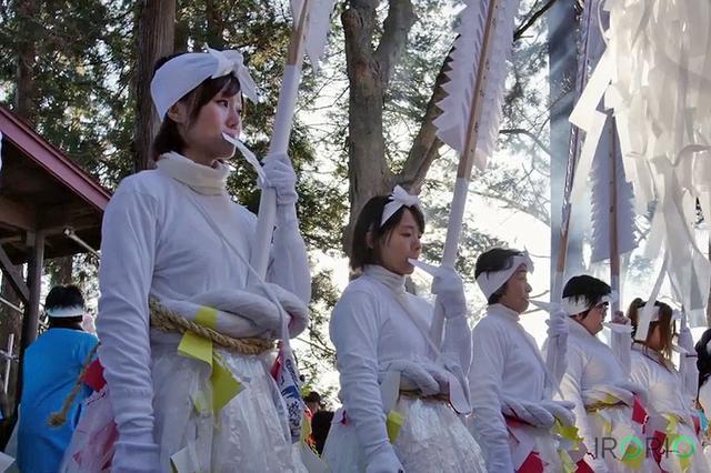 画像1: 東北の冬は美しい。 そう、つぶやかずにはいられません。 2月21日に公開された海外向けPR動画「Winter Lights in Tohoku, Japan 4K」(東北の冬)が、わずか1カ月ほどで860万回以上も再生されています。 字幕機能をONにすると、日本語と英語で地名を確認できます。 東日本大震災から6年。4分間の美しい映像の背景を取材しました。 銀世界と北国の情景 動画は、官民でつくる東北観光推進機構(本部・仙台市)が東北の四季の美しさを海外に発信しようと制作。 機構の調べでは、国内の行政や自治体の地域PR動画としては昨年12月公開の秋編(約900万回再生)とともに最も多い部類に入ります。 映像作家の永川優樹さん(@ega [...] irorio.jp