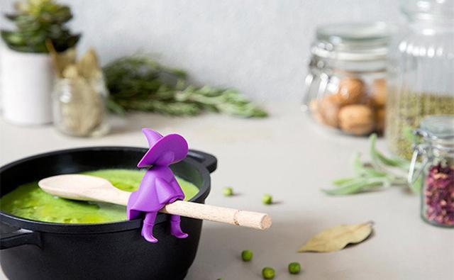 画像: お玉がほうきの代わり!?小さな魔女のキッチングッズが大活躍