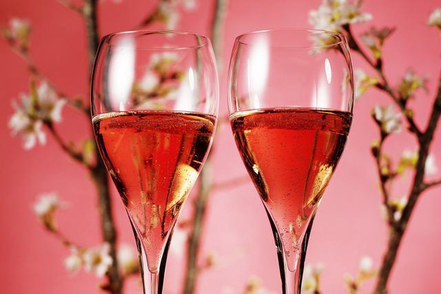 画像: ロゼシャンパンで乾杯!フリーフローで楽しめる「桜バブルズ」。