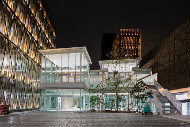 画像1: 近畿大学に革新的な図書館が開館した。 4月6日「アカデミックシアター」オープン 近畿大学の東大阪キャンパス(大阪府東大阪市)に4月6日、「ACADEMIC THEATER(アカデミックシアター)」という新たな学術拠点がグランドオープンする。 敷地約8万6710平方メートルに、5棟の建物で構成。 「女性専用室を完備した24時間利用可能な自習室」や「米ニュース専門放送局CNNプロデュースカフェ」など、革新的な内容だ。 図書館にマンガ約2万2千冊を収蔵 特に注目されているのが、中核となる図書館「BIBLIOTHEATER(ビブリオシアター)」。 2階建てで、2階はなんと「マンガ」がメイン。 蔵書数約7万冊のうち、約2万2000冊(約31パ [...] irorio.jp
