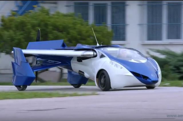 画像1: スロバキアのエアロモービル社が10年以上開発を続けて来た空飛ぶ自動車「エアロモービル」が、いよいよ市場デビューする。 軽量ボディに収納式の翼 今月20日からモナコで開催されるモーターショー「Top Marques Monaco」でエアロモービル社は、エアロモービルの最新モデルを発表する。 最新モデルは、法律規制を自動車としても航空機としてもクリアした仕様となっており、欧州ではすぐにでも実用可能だ。 鋼鉄製のフレームとカーボンファイバーから成る2人乗りのボディは、徹底的に軽量化されており、自動車として走行する時には翼は収納される。飛行機としての推進力は、尾部にある1つのプロペラだ。 燃料は、一般のガソリンスタンドにある自動車用ガソリン [...] irorio.jp