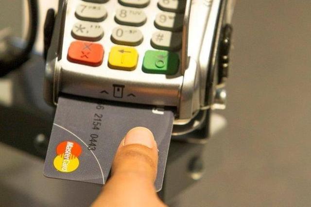 画像1: クレジットカードでお買い物やレストランで支払いをする際、サインの他にPINコードの入力を求められたりしますが、今後は登録した指の指紋認証を使ってサッとスマートに決済するようになるかも?!MasterCardは指紋認証センサー付きのクレジットカードを今後大規模に導入するようです。 The post MasterCardの新しいセキュリティ、クレジットカード本体に指紋認証センサーを搭載! appeared first on Spotry.me. spotry.me