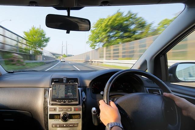 画像1: 高速道路で目的のインターチェンジを通り過ぎてしまったときの対処方法が話題となっている。 JAFが対処方法を紹介 高速道路でついつい目的のインターチェンジ(IC)を通り過ぎてしまい、仕方なく次のICで降りた、いったん降りて引き返して計画外の出費になったという経験がある人も多いのではないだろうか。 そんな高速道路でよくあるトラブルについてJAFが先日、対処方法をTwitter上に投稿した。 「しまった通り過ぎた」 高速道路を走行中、目的のインターチェンジ(IC)を行き過ぎてしまったら... 実はある手順をとれば、当初流入したICから目的のICまでの通行料金になるんです うっかり通り過ぎても安心ですね 詳しくは⇒ https://t.co/8Z [...] irorio.jp