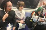 画像1: 米ニューヨークの地下鉄内で目撃された光景が、一部の海外メディアで取り上げられるなど、注目を集めている。 人種のるつぼと言われるニューヨーク。ごく日常的な光景で、一昔前なら話題にもならなかった写真であろう。 アメリカらしさは健在 しかし、自国の利益を一番に考えるトランプ大統領を筆頭に、世界中で異なる民族や宗教を排除する傾向が強まっている昨今。 移民の受け入れに寛大で、様々な民族が混在するアメリカなど過去の話か...と、肩を落とさないでいただきたい。 ご安心あれ、かの「アメリカらしさ」はいまだ健在である。 複数の民族、宗教が混在 この写真を見て頂きたい。 これはニューヨークを走る地下鉄の車内で撮られたものだ。 座席の左側には共にユダヤ人のカ [...] irorio.jp