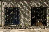 画像1: 夏の暑さ対策として、壁一面に緑のカーテンを作ると日差しが和らぎ、省エネにもつながることはよく知られていますが、もしカーテンがすべて花だったら......と思ったことはありませんか。 イタリアの建築事務所、Piuarchがミランのデザインウィークスの期間に、自身の事務所の建物に花をぶら下げた花のカーテンを作り、人々の目を楽しませました。 Piuarchはジバンシーのフラッグシップショップやドルチェ&ガッバーナのショップや社屋、東京・銀座にあるビルの建築デザインも手掛けている世界的に活動する建築事務所です。 花のカーテン、通称「フラワープリント」を作るために使用された植物はバラ、オリエンタルユリ、カーネーション、タイム、セージ、ラベンダ [...] irorio.jp