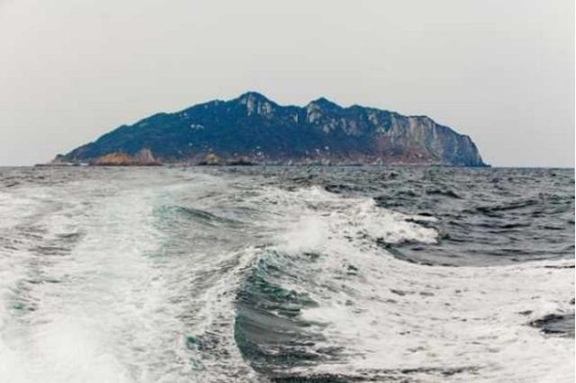 画像1: 沖ノ島の世界遺産登録が物議を醸している。 一部除外で世界遺産勧告 世界遺産委員会の諮問機関ICOMOS(イコモス)が先日、福岡県の「『神宿る島』宗像・沖ノ島と関連遺産群」について世界遺産への記載が適当と勧告し、今年夏に世界文化遺産に登録される見通しとなった。 ただし、世界遺産への登録が適当とされたのは推薦していた8つの構成資産の内、「沖ノ島」とその周辺にある4ヶ所のみ。 「宗像大社」や「新原・奴山古墳群」など4つは地域や世界的な価値は認められないものと考えられ、除外すべきと勧告された。 海の正倉院「沖ノ島」 「『神宿る島』宗像・沖ノ島と関連遺産群」の「沖ノ島」は海の正倉院と呼ばれ、4世紀から9世紀の古代祭祀の変遷を示す遺跡がほぼ手つ [...] irorio.jp