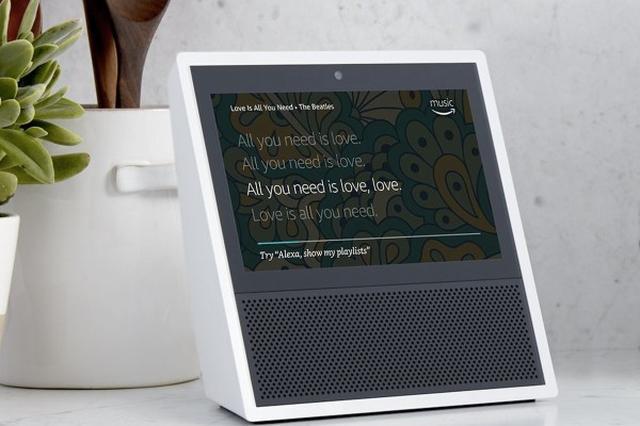 画像1: ここ最近噂されていた、Amazonの音声アシスタントAmazon Alexaを搭載するタッチスクリーン対応の最新モデルですが、本日正式に「Echo Show」として発表されました!ビデオ・音声通話機能が搭載されたり、遠隔に住む両親向けの見守りサービスとしても使える「Drop In」機能など、かなり期待できそうです! The post Amazon、タッチスクリーンベースのAmazon Alexa搭載デバイス「Echo Show」を正式に発表! appeared first on Spotry.me. spotry.me