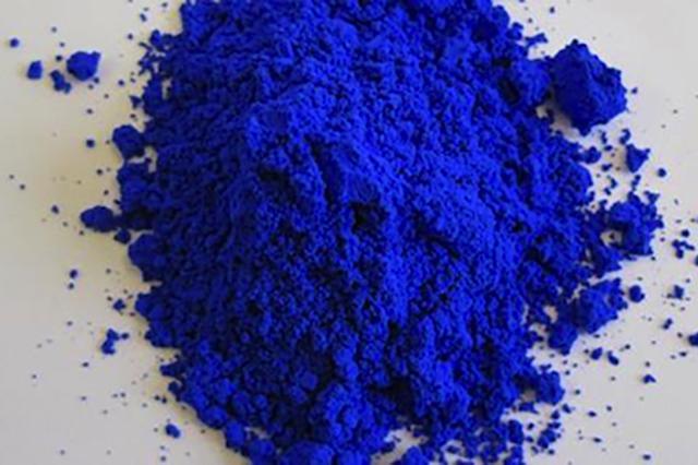 画像1: 2009年に発見された新しい青色素を使ったクレヨンが、クレヨラ社から発売されることになった。同社は現在、その色名を募集している。 科学者が偶然発見した色素 その色素は、米国オレゴン州立大学の物質科学者が酸化マンガン類を1,000度に加熱して電気的特性を研究していた際、偶然発見されたものだ。 イットリウム、インジウム、マンガンという3種の元素が結合してできているこの色素は、自然界に例がない。異常に高い近赤外線反射率を持ち、「完璧に近い鮮やかな青色」と言われている。 クレヨンの青として採用 クレヨラ社は今月5日、この新しい色素をクレヨンの青として採用することを発表した。 現在この色素には、元素記号(イットリウム=Y、インジウム=In、マ [...] irorio.jp