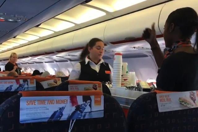 画像1: イギリスの航空会社イージージェットは、通常一般人が見ることのない社内研修用ビデオをYouTubeにアップし、キャビンクルーたちが客室サービス中に使っているハンドサインの意味を公開した。 ツイートに答えた航空会社 社内研修ビデオが公になったきっかけは、目撃者のツイートだった。 .@easyjet excuse me but please explain what ON EARTH is going on here?! pic.twitter.com/hnhuWikojI — Jamie East (@jamieeast) 2017年5月9日 (イージージェットさん、すいませんが、これは一体全体何が起っているのか教えてもらえませんか?! [...] irorio.jp