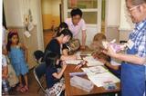 画像1: 壊れた「おもちゃ」を修理するボランティア団体がある。 おもちゃ修理のボランティア団体 モノがあふれるこの時代。 「日本おもちゃ病院協会」は、壊れたおもちゃを専門に修理するボランティア団体だ。 1300人を超える「おもちゃドクター」が日本各地でおもちゃ病院活動を展開し、子供たちが持ち込んだおもちゃを修理する。 原則無料で修理 おもちゃの修理代は原則無料(部品代等の費用がかかる場合はある)。 ドクターとして働くボランティアは、協会が開催する養成講座などに参加し、工具の知識や種類別の修理方法など必要な知識を習得する。 受講料は一般の場合、入門・実習連続編受講で1万1000円。 東京都新宿区の東京おもちゃ美術館で行う協会主催講座の他、地方団 [...] irorio.jp