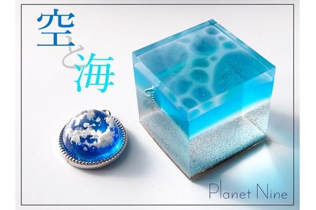 画像1: 「空と海」をそっと閉じ込めたような「アクセサリー」に注目が集まっています。 「空と海」をモチーフにした「アクセサリー」 この作品を投稿しているのは、アクセサリー作家のJIN(@planet9_shop)さん。 夏に向けて、海を製作中です。#蒼碧祭9 pic.twitter.com/wSETKjNCNN — PlanetNineデザフェス土曜 (@planet9_shop) 2017年4月30日 これはJINさんが、「空と海」をモチーフにして制作した「アクセサリー」です。 丸い形の「惑星ペンダント」は、雲に覆われた惑星をイメージし、光が当たると青色が引き立って青空のように見えるんだとか。 またキューブ状の「海のかけら」は観賞用のみです [...] irorio.jp