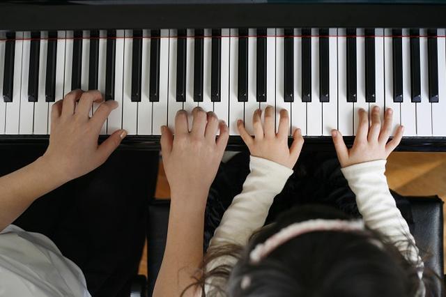 画像1: ヤマハがJASRACを提訴すると分かり、注目が集まっている。 7月にもJASRACを提訴へ 朝日新聞は16日、音楽教室を運営する「ヤマハ音楽振興会」が7月にも日本音楽著作権協会(JASRAC)を提訴する方針を固めたと報じた。 楽器教室からも著作権料を徴収するというJASRACの方針に対して、支払い義務が及ばないことの確認を求めて東京地裁に訴訟を起こすという。 「音楽教室」から著作権料を徴収 ことの始まりは今年2月、JASRACが「楽器教室における演奏等の管理」を開始すると正式に発表した。 主な対象は楽器メーカーや楽器店が運営する楽器教室で、事業規模が小さく持続性が低い個人教室は当面対象外。 朝日新聞によると、使用料は年間受講料収入の [...] irorio.jp