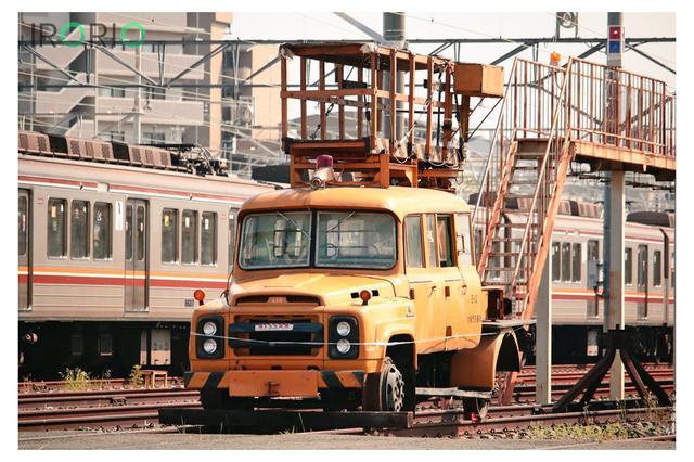 画像1: 大阪市営地下鉄の線路上に現れた黄色いトラックが、鉄道ファンの間で話題になっています。 管理する大阪市交通局に正体を確認しました。 55年前に導入の古参車両 大阪市営地下鉄東吹田検車場の主、こと日産680型トラック改を見て参りました。 pic.twitter.com/5sypKbeTRq — 普ぅ (@WsbyNSrOT) 2017年5月14日 トラックが置かれているのは、大阪府吹田市にある東吹田検車場です。 四輪の車両がホイールそのままに線路上にたたずむ光景は、遠目にはトラックが線路を走っているようにも見えます。 古い大型車に見られる前に大きくせり出したボンネットから、レトロな情緒が漂います。 車両は「架線作業車」と言います。 高所 [...] irorio.jp