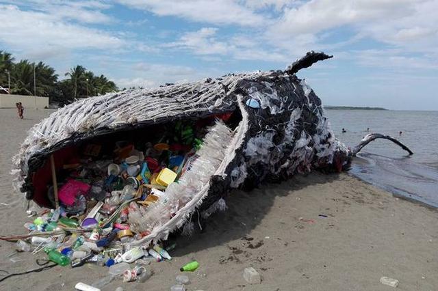 画像1: 先週、フィリピン・カビデにあるビーチリゾート、ナイクの海岸に1頭のクジラの死骸が打ち上げられ、大きな注目を集めた。 それがこちら。 驚くべきはクジラの口の中だ。 ペットボトルやその他カラフルなプラスチックゴミでいっぱいである。 まさかこれらの大量のゴミを飲み込んだがために死亡したのであろうか?と息をのむ。 ご安心あれ。このクジラの死骸は偽物。環境保護団体である「Greenpeace Philippines」が、海洋汚染について考えてもらいたいと設置したオブジェである。 本物でないとはいえ、体長50フィート(約15メートル)余りと原寸大の迫力で、リアルな作りと相まって人目を引いている。 同団体のメンバーの1人が自身のFacebookで [...] irorio.jp