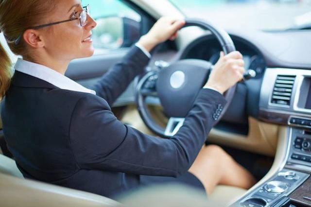 画像1: 特に高齢者ドライバーに多く見られるアクセルペダルとブレーキペダルの踏み間違い。ATを運転中、駐車場でバックにしたつもりがドライブのままで、前方に勢いよく飛び出してしまったり、運転中に急ブレーキをかけたつもりがアクセルペダルを踏んでしまい、高速道路などの加速で用いるキックダウンがONになってしまい、勢いよく前の車に追突してしまったり、横断歩道に飛び出してしまったりといった事故を耳にします。今回こうした誤動作を防ぐ、「AT誤発進抑制制御」を提供しているマツダとスバルの技術をご紹介します。 The post ブレーキとアクセルの踏み間違え事故多発、AT誤発進抑制制御が今後の主流に? appeared first on Spotry.me. spotry.me