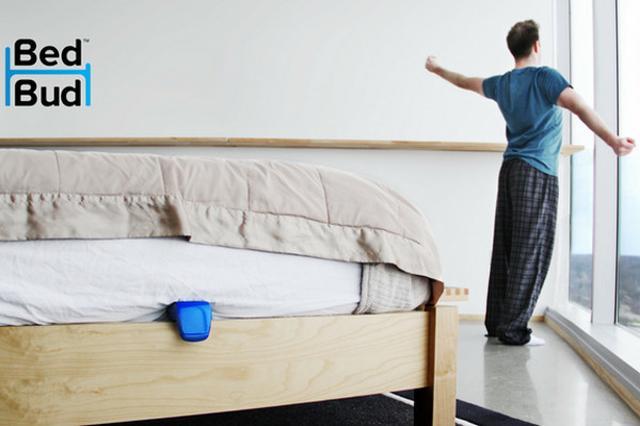 画像1: 目覚まし時計をセットし、アラームを止めて安心したのもつかの間、ついベッドに戻って二度寝し、スヌーズボタンを何度も押していたら結局予定の時間を過ぎてしまった......なんて経験、誰でも一度はあるのでは。 アラームを止めたあと、ついベッドに戻ってしまう人に二度寝を許さないガジェットがKickstarterで資金援助をよびかけています。 開発されているのは「BedBudアラーム」というガジェット。ベッドにあらかじめセンサーを付けておき、ベッドに戻るとセンサーが働いてブルブルと震え、二度寝を防止するというものです。 使い方は簡単で、ベッドのマットレスにセンサーを設置し、使う人の体重を記録したら、アプリ側で起きたい時間をセットして寝るだけ。 アラー [...] irorio.jp